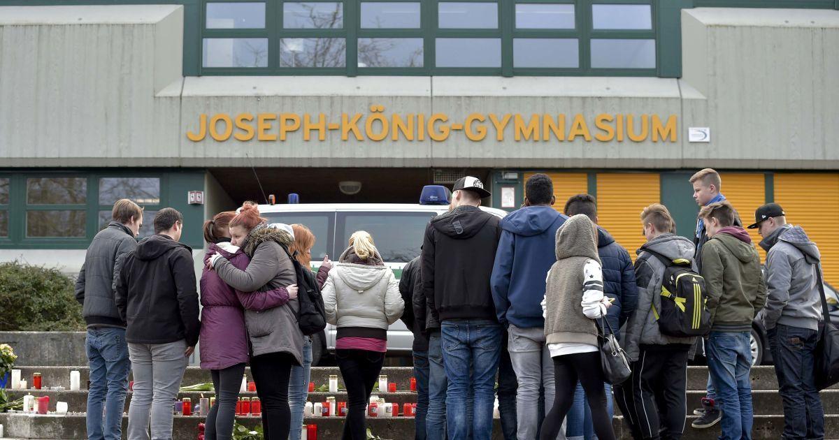 В немецком Хальтерне чтят память 16 учеников и двух учителей местной гимназии. @ Reuters