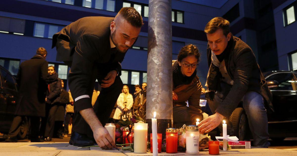 Возле штаб-квартиры Germanwings вспоминают о погибших членах экипажа Airbus A-320. @ Reuters
