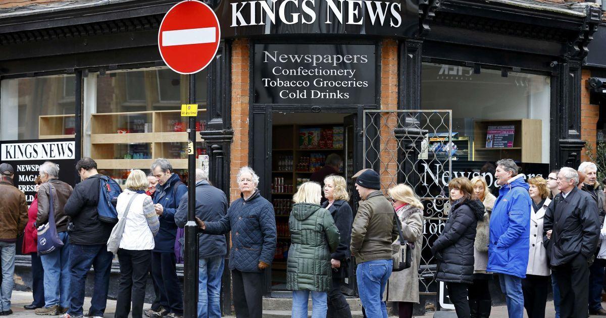 Люди прийшли подивитися на труну з останками короля @ Reuters