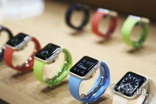 """Перші щасливчики придбали """"розумні"""" годинники Apple Watch"""
