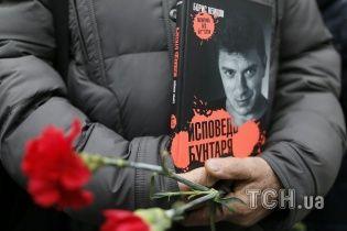Підозрюваним у вбивстві Нємцова оберуть запобіжний захід: до суду з'їхалося десяток поліцейських авто