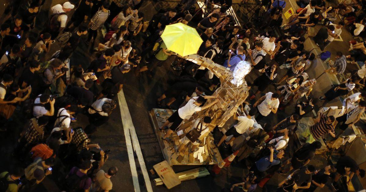Статуя с зонтиком олицетворяет протест в Гонконге. @ Reuters