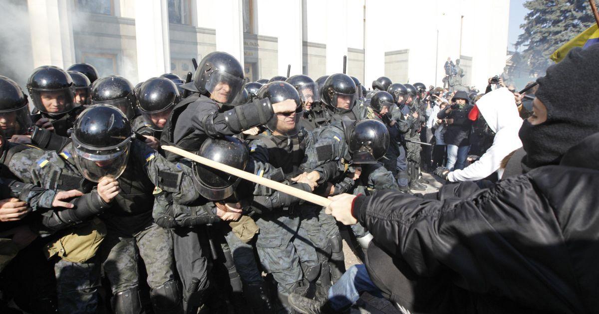 Провокатори били силовиків палицями та ціпками @ Reuters