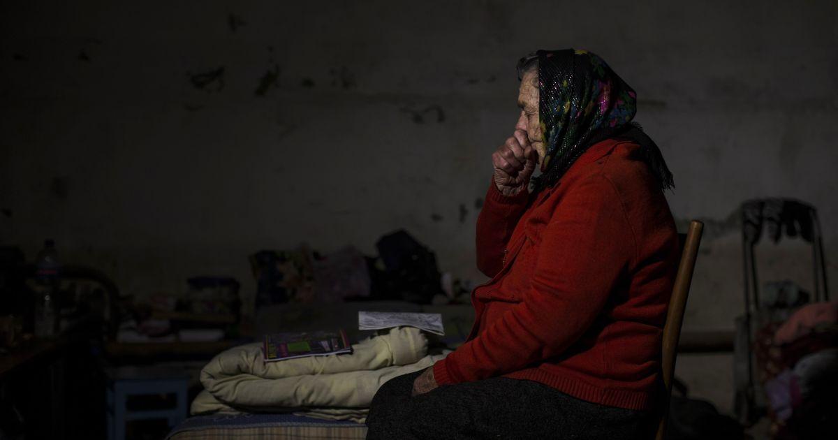 Женщина сидит в подвале, который использовали как бомбоубежище во время обстрелов @ Reuters