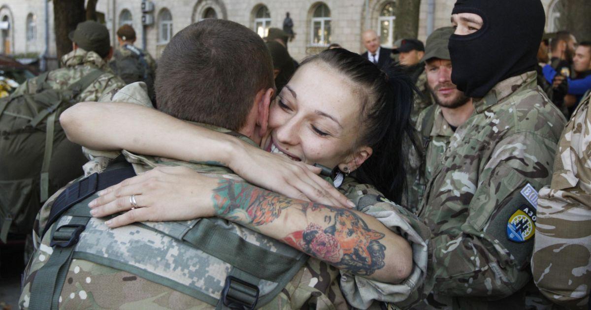 """У Києві тепло зустріли бійців батальйону """"Азов"""" @ Reuters"""