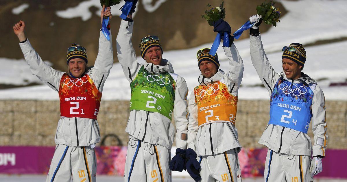 Шведські лижники Ларс Нельсон, Даніель Річардссон, Юхан Ульссон та Маркус Хельнер святкують перемогу у чоловічій естафеті @ Reuters