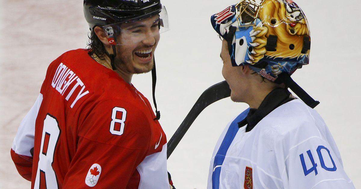 Канадієць Дрю Дауті закинув дві шайби у ворота фінського воротаря Раста. Після гри хокеїсти потисли руки @ Reuters