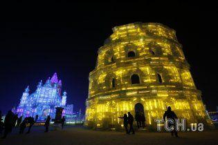 В Китае подсветили яркими огнями невероятные замки и крепости из льда