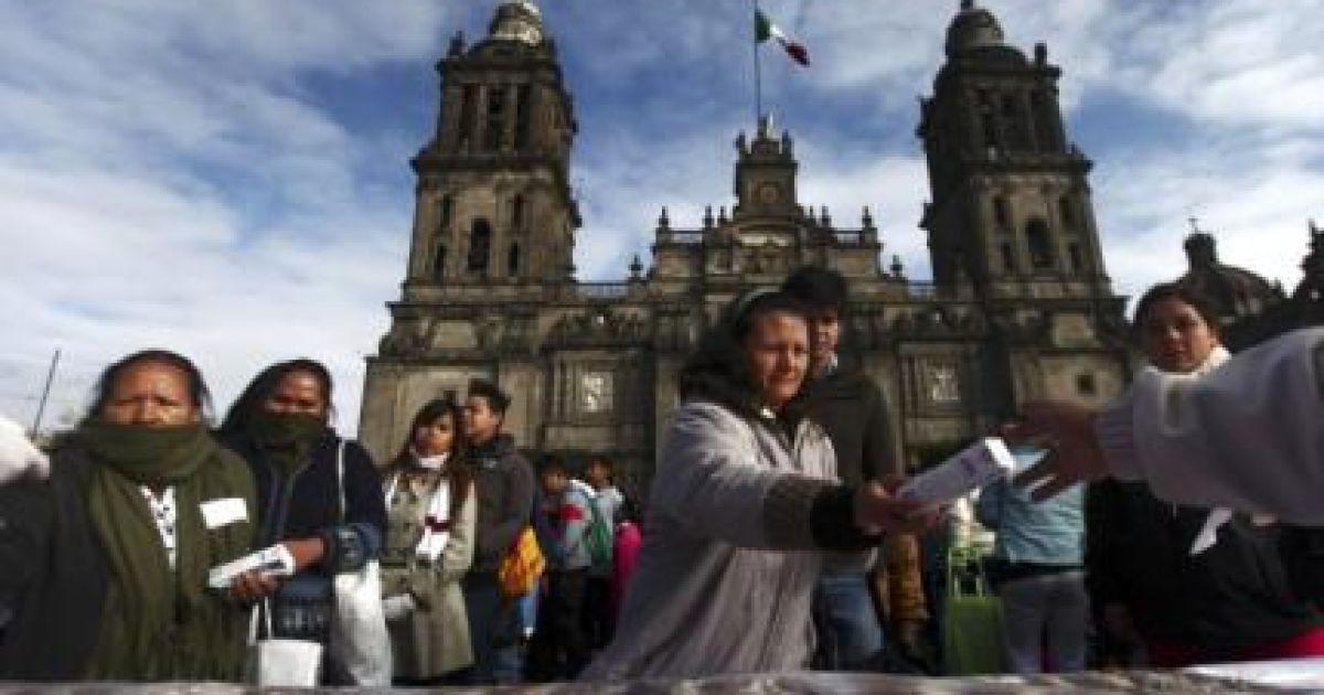 Огромную булку представили на центральной площади Мехико @ Reuters