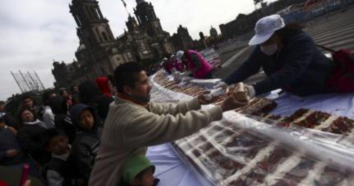 В Мексике 2000 кулинаров изготовили сдобную булку длиной 1440 метров и весом свыше 9,3 тонн @ Reuters