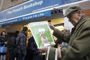 """Charlie Hebdo до річниці розстрілу намалювали """"Бога"""" у крові з автоматом"""
