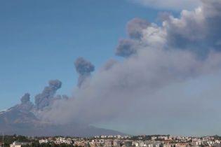 В Италии произошло извержение вулкана Этна. Власти закрыли местный аэропорт
