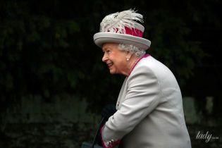 В шляпе с перьями и с отличным настроением: королева Елизавета II на рождественской службе