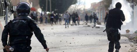 В Тунисе вспыхнули уличные протесты с беспорядками после самосожжения журналиста
