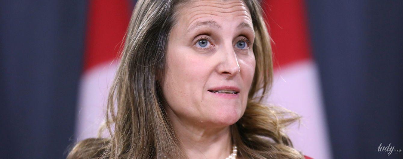 У червоній сукні і з перловим намистом: міністр закордонних справ Канади на прес-конференції