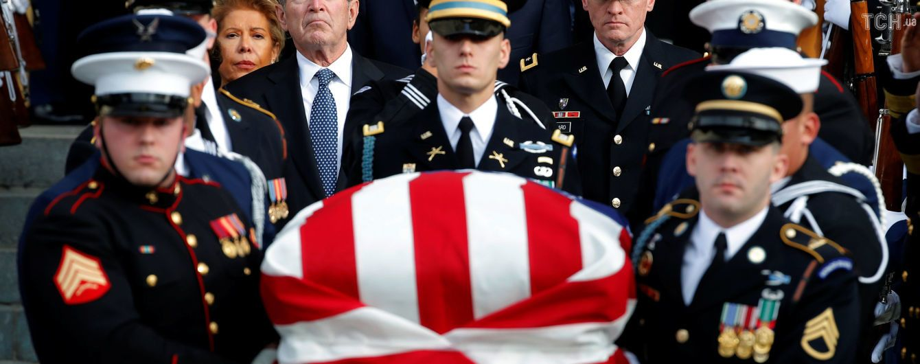 Военные почести и носки с изображением истребителей ВМС США: подробности похорон Буша-старшего
