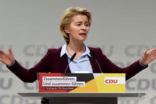 В любимой рубашке и бордовом жакете: министр обороны Германии на съезде партии