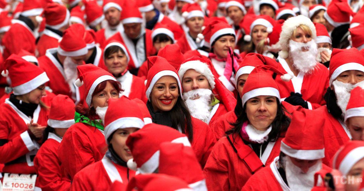 Люди бегали по улицам в чероних костюмах Санта-Клауса @ Reuters