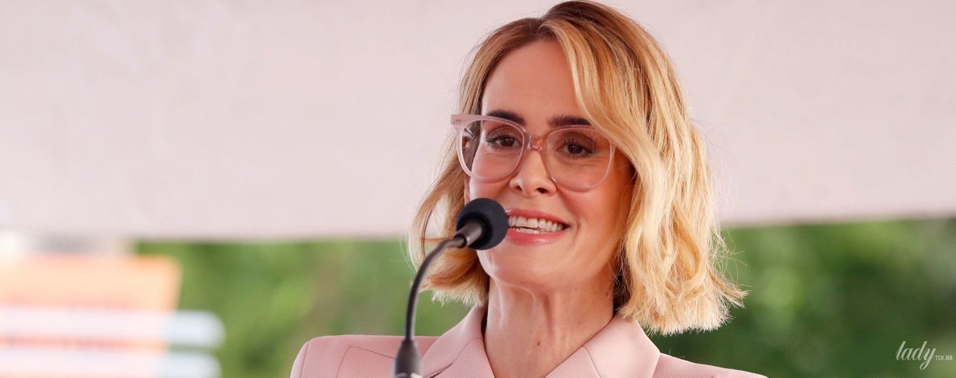 """В розовом костюме и очках: Сара Полсон в нежном образе на голливудской """"Аллее славы"""""""