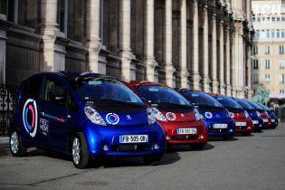 В Париже запустили 550 электрокаров Peugeot и Citroen для каршеринга