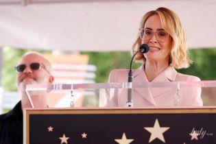 У рожевому костюмі і окулярах: Сара Полсон у ніжному образі на голлівудській Алеї слави