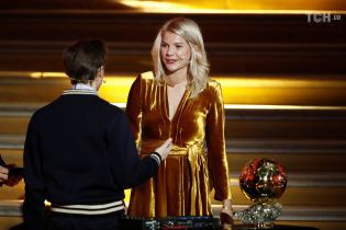 Ведучого церемонії звинуватили в домаганнях до володарки Золотого м'яча