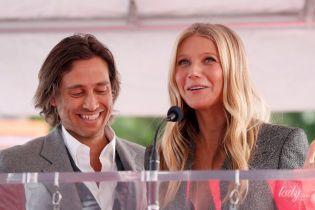 У сірих костюмах: Гвінет Пелтроу з чоловіком вперше вийшла в світ після весілля