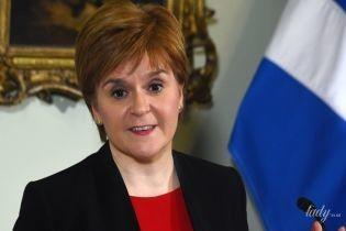 Первый министр Шотландии Никола Стерджен в красном обтягивающем платье дала пресс-конференцию
