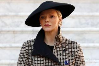 У спідниці і кумедному капелюсі: княгиня Шарлін на святкуванні Дня Монако