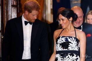 В топі та з оголеними плечима: герцогиня Сассекська з чоловіком принцом Гаррі сходили до театру