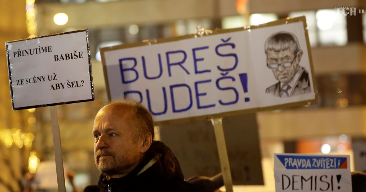"""В Чехии тысячи людей вышли на протест против премьер-министра из-за """"крымского скандала"""" с его сыном"""