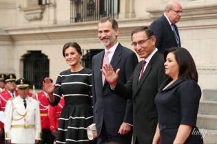 В смугастій сукні та човниках: красива королева Летиція з чоловіком-королем прилетіла до Перу