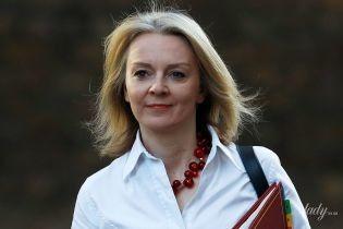 Любит красное: главный секретарь казначейства Великобритании надела на работу юбку с разрезом