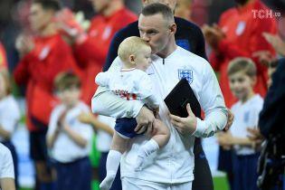 Обнимая своих детей, получил специальную награду: как встретили Руни в прощальном матче за сборную Англии