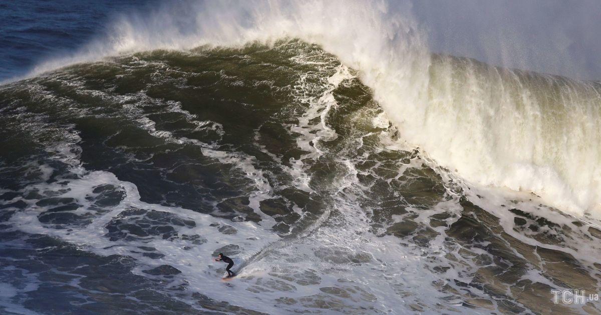 Хвилі у 35 метрів. Reuters показало екстремальні фото серферів у Португалії