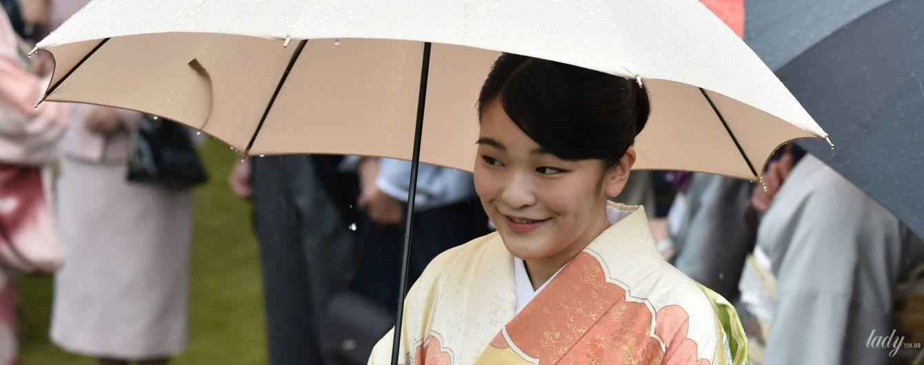 У строкатому кімоно і під парасолькою: принцеса Мако на вечірці в імператорському саду