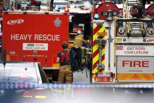 Посреди Мельбурна мужчина поджег автомобиль и бросился с ножом на прохожих