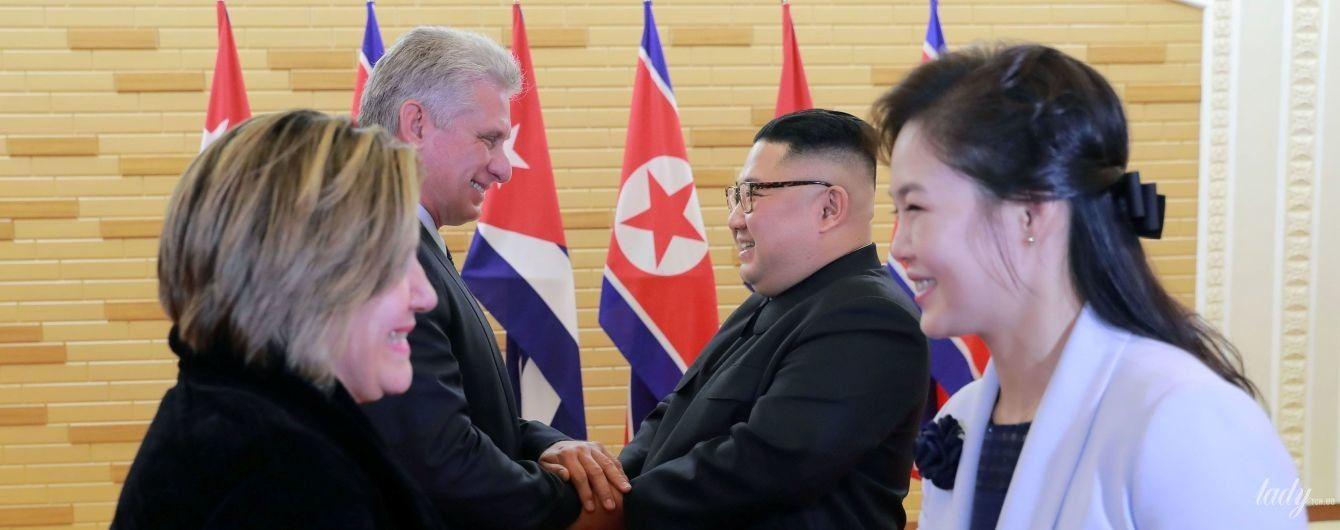 У ніжно-блакитному пальті і на шпильках: дружина президента Північної Кореї на церемонії вітання