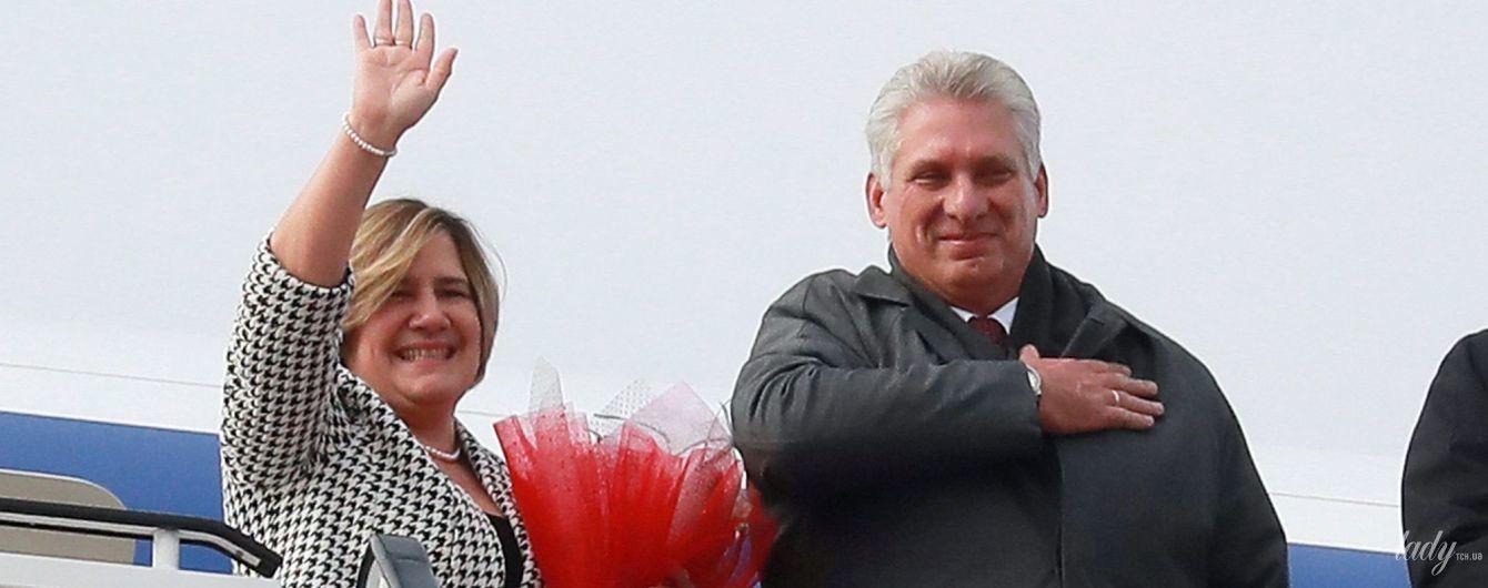 """В тренде: первая леди Кубы вышла в свет в жакете с принтом """"собачий зуб"""""""