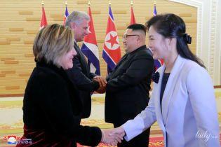 В нежно-голубом пальто и на шпильках: жена президента Северной Кореи на церемонии приветствия