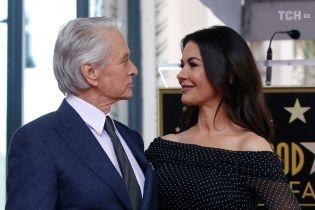 Кэтрин Зета-Джонс поддержала Майкла Дугласа страстным поцелуем на публике