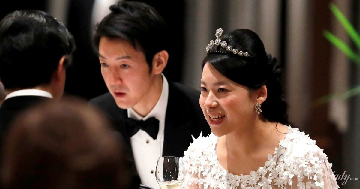 У рожевій сукні з квітковими аплікаціями: колишня японська принцеса Аяко на весільному банкеті