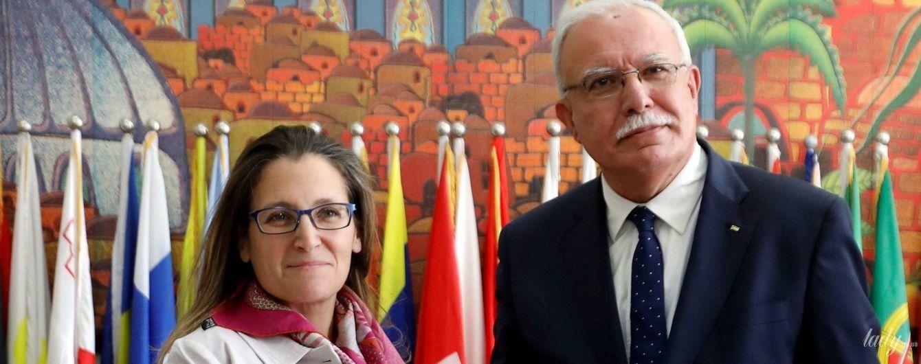 У старій сукні і окулярах: міністр закордонних справ Канади на офіційній зустрічі