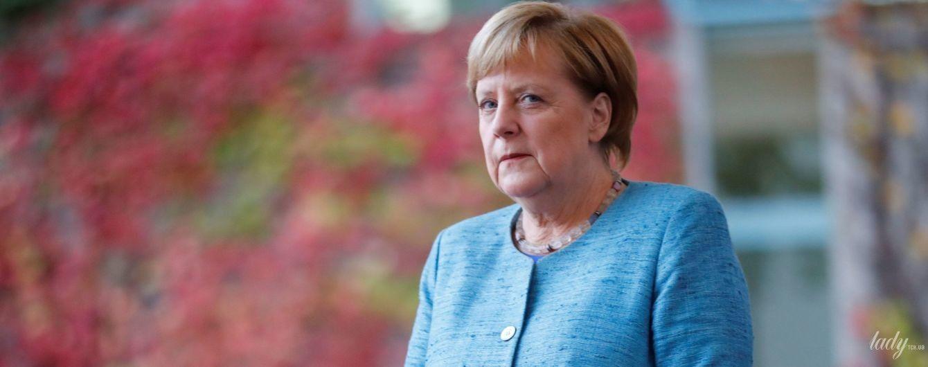 Що там з ґудзиком: Ангела Меркель у блакитному жакеті на саміті в Берліні