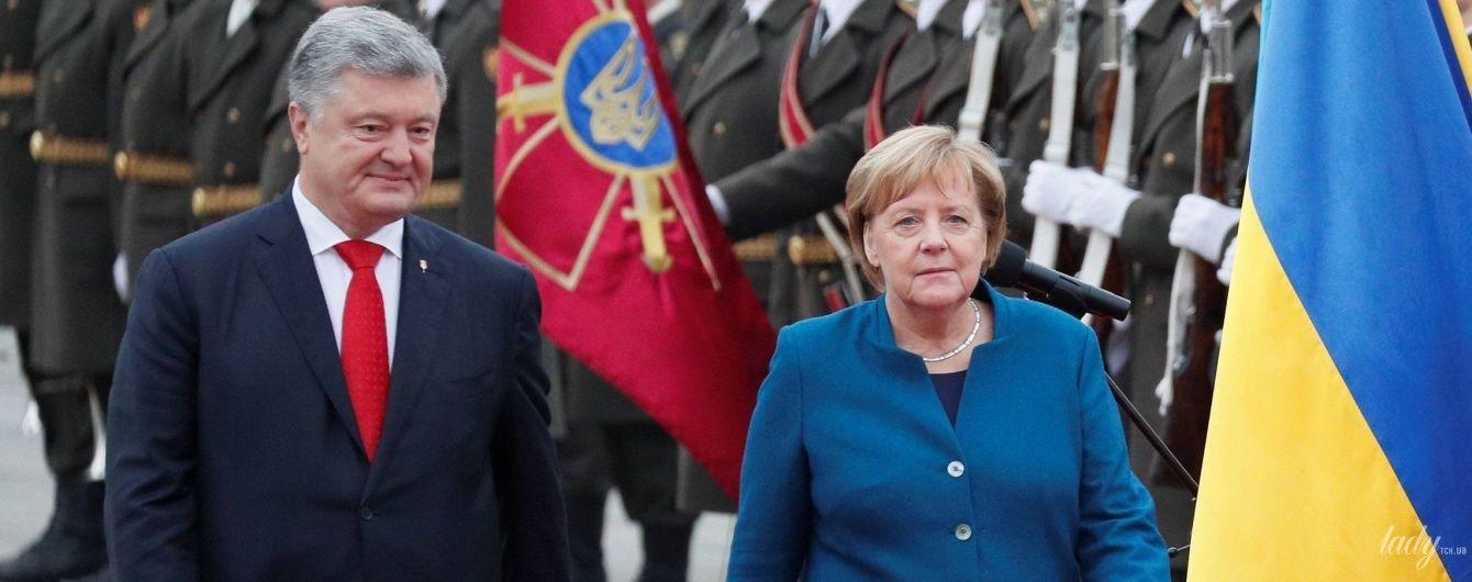 У синьому жакеті і з улюбленим намистом: Ангела Меркель приїхала до Києва