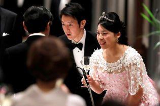 В розовом платье с цветочными аппликациями: бывшая японская принцесса Аяко на свадебном банкете