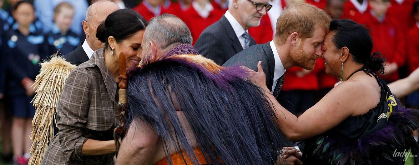 Нос к носу, лоб ко лбу: беременная герцогиня Меган и принц Гарри приветствовали жителей Новой Зеландии