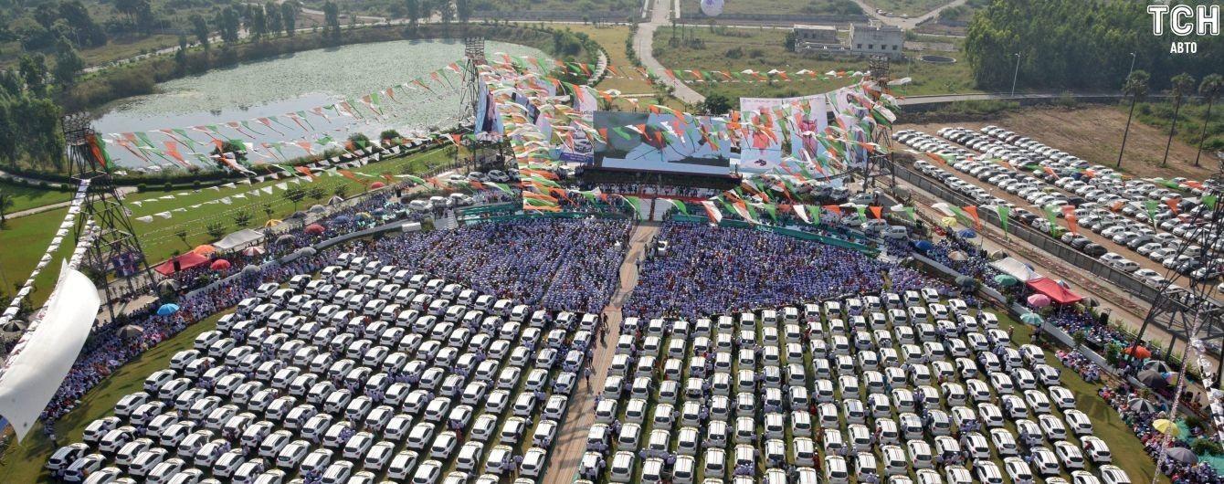 """В Індії бізнесмен подарував працівникам 600 автівок на """"церемонії заохочення"""""""