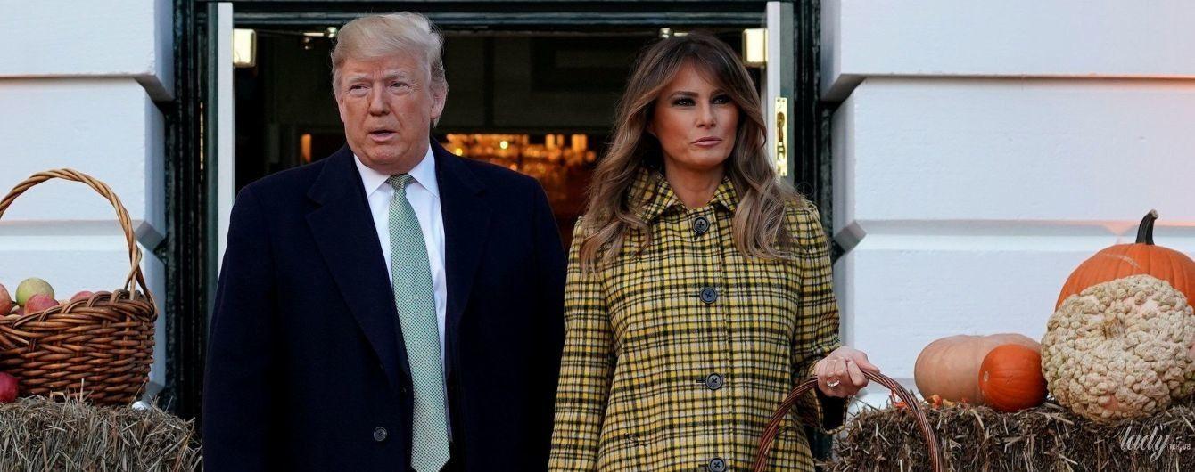 В клетчатом пальто и на шпильках: Мелания Трамп отпраздновала Хэллоуин в Белом доме