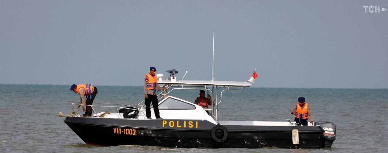 Авіакатастрофа в Індонезії: рятувальники дістали з моря шість тіл загиблих